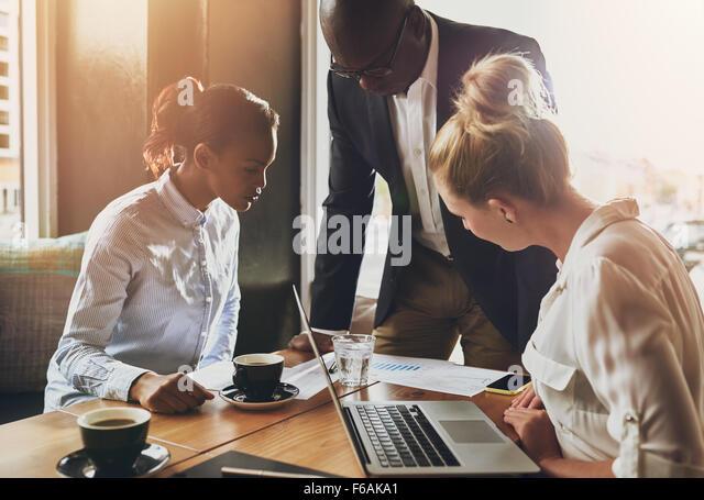 Gruppe von Geschäftsleuten, Unternehmer-Konzept, schwarze Geschäftsmann erklären, Business-plan Stockbild