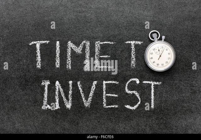 Zeit, Ausdruck handschriftlich auf Tafel mit Vintage präzise Stoppuhr verwendet anstelle von O zu investieren Stockbild