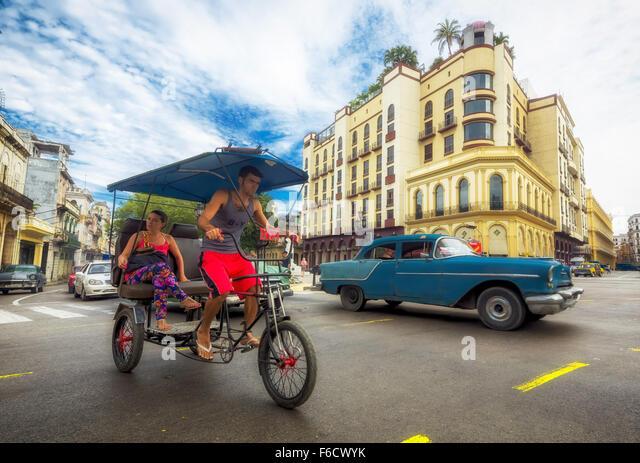 Oldtimer im Straßenbild, Rikscha, Leute Taxi auf der Straße die Kreuzung in der Nähe von Hotel Telegrafo, Stockbild