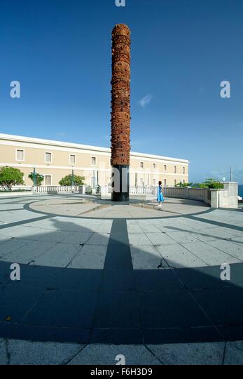 Frau und Totempfahl (Totem Telurico), Plaza del Quinto Centenario (Plaza des fünften Centennial), Old San Juan, Stockbild