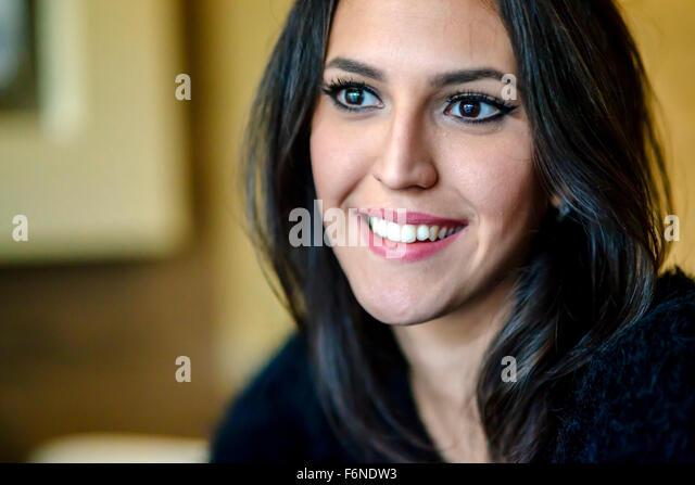 Porträt von eine schöne Brünette lächelnd Stockbild