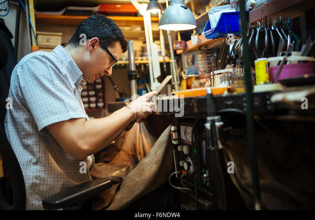 Goldschmied arbeitet an seiner Werkbank Stockbild