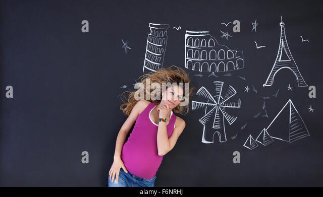Junge Frau Tagträumen über Reisen und Sehenswürdigkeiten der Welt. Großen textfreiraum auf linken Stockbild