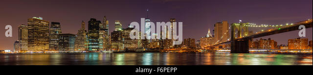 Manhattan am Wasser in der Nacht, New York City, USA. Stockbild