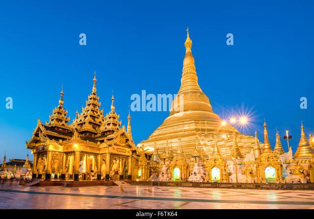 Yangon, Myanmar Ansicht der Shwedagon-Pagode in der Abenddämmerung. Stockbild