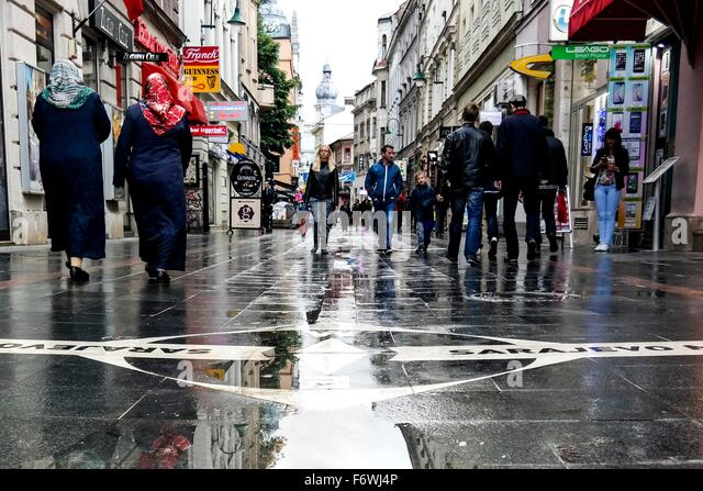 """Eine Linie, die Sarajevo """"Sarajevo treffen der Kulturen"""", markiert wo Ost (Orient) und West (Okzident). Stockbild"""