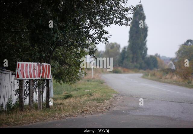 Land-Kreuzung in Kurve während einer Straße Reise in die Zentralukraine 120 km östlich von Kiew. Stockbild
