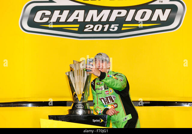 Homestead, FL, USA. 23. November 2015. Homestead, FL - 23. November 2015: Kyle Busch (18) gewinnt die NASCAR Sprint Stockbild