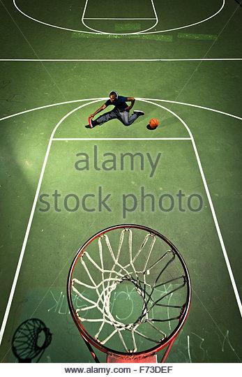 Eine Basketballspieler erstreckt sich vor einem Spiel. Stockbild