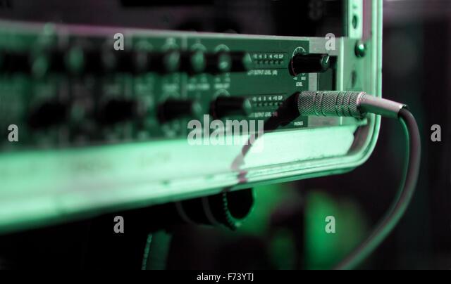Schließen Sie herauf Bild des Kabels und equalizer Stockbild