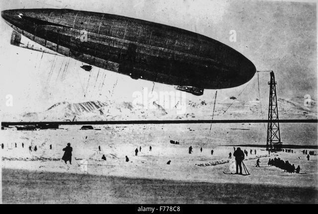 Das Luftschiff Italia unter dem Kommando von Umberto Nobile in einer Abbildung im Jahre 1928 Stockbild