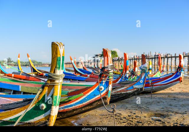 Mandalay, Myanmar Boote auf dem Taungthaman-See vor U Bein Brücke. Stockbild