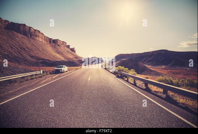 Retro getönten Wüste Autobahn gegen Sonne, Reisekonzept. Stockbild