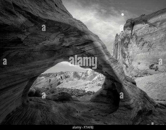 Weißer Bogen mit Mond. Valley of Fire State Park, Nevada Stockbild