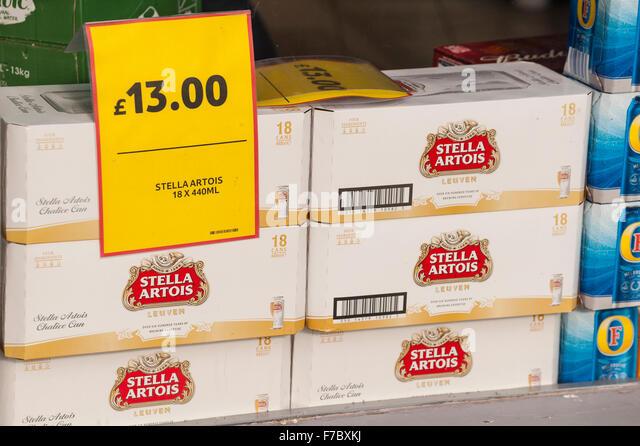 Billige Stella Artois Lagerbier zu kaufen in einem Supermarkt in Großbritannien Stockbild