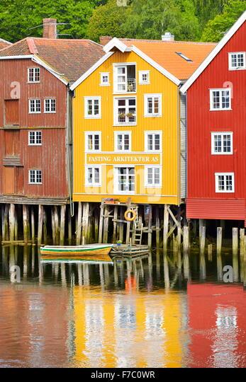 Stelzen Sie bunt historische Lagerhäuser in Trondheim, Norwegen Stockbild