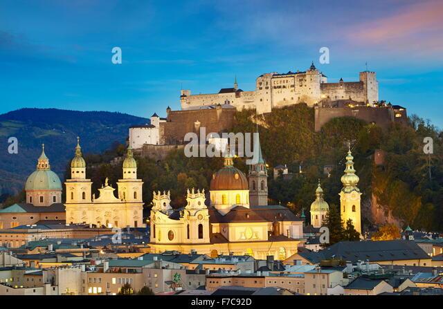 Luftaufnahme der Salzburger Altstadt, Schloss im Hintergrund, Österreich Stockbild