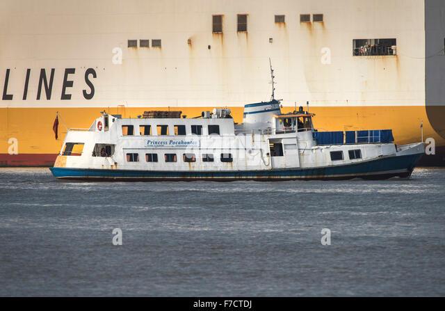 Die Fähre Prinzessin Pocahontas ist durch Grande Kongo-Containerschiff auf der Themse in den Schatten gestellt. Stockbild