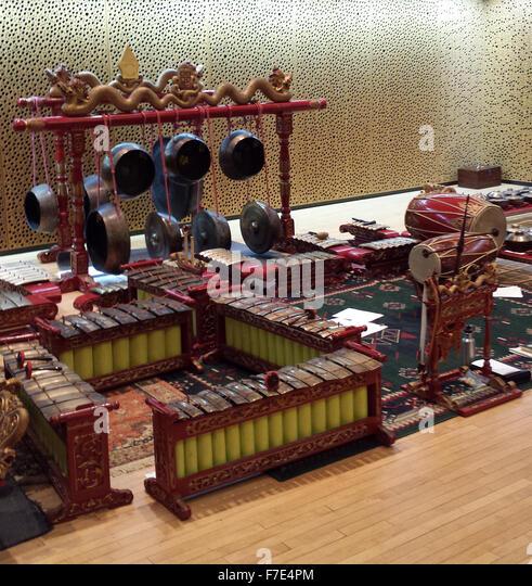 Bühne frei für einen Abend der javanischen Musik und Tanz, mit Gongs und Percussion-Instrumente aus Metall Stockbild