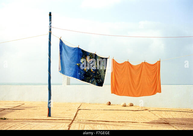 Bunte Strandtücher hand auf einem Campingplatz in Sidi Ifni zu trocknen. Marokko Stockbild
