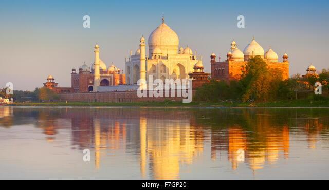 Taj Mahal und Yamuna River bei Sonnenuntergang (nördliche Ansicht des Taj Mahal), Agra, Uttar Pradesh, Indien Stockbild