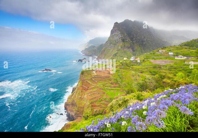 Madeira - Landschaft der Klippe Küste in der Nähe von Ponta Delgada, Madeira, Portugal Stockbild
