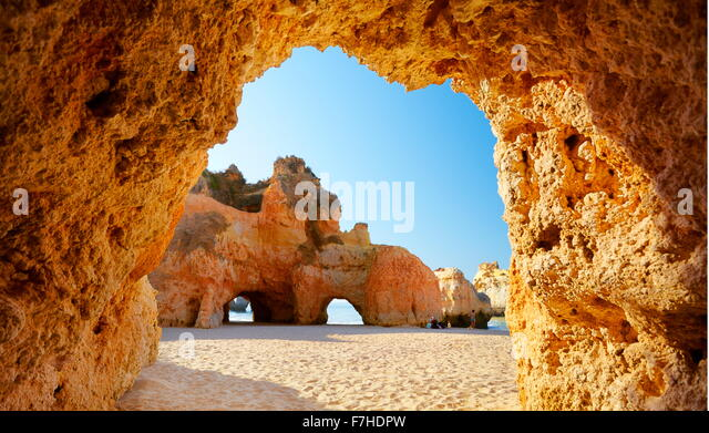 Die Höhle am Prainha Strand in der Nähe von Alvor, Algarve, Portugal Stockbild