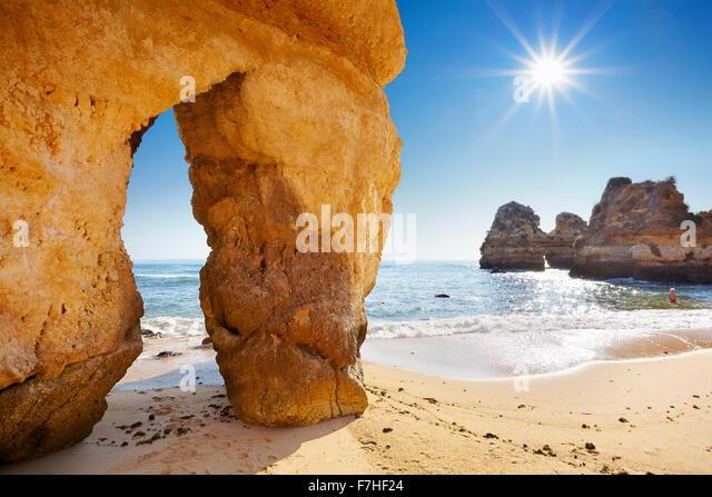 Landschaft mit Sonne, Strand der Algarve bei Lagos, Portugal Stockbild