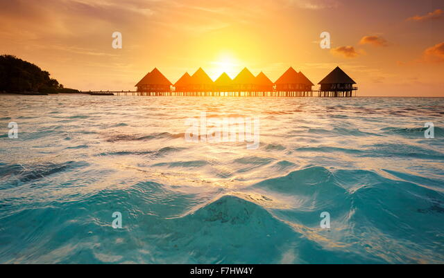 Sonnenuntergang am Tropeninsel Malediven, Ari Atoll Stockbild