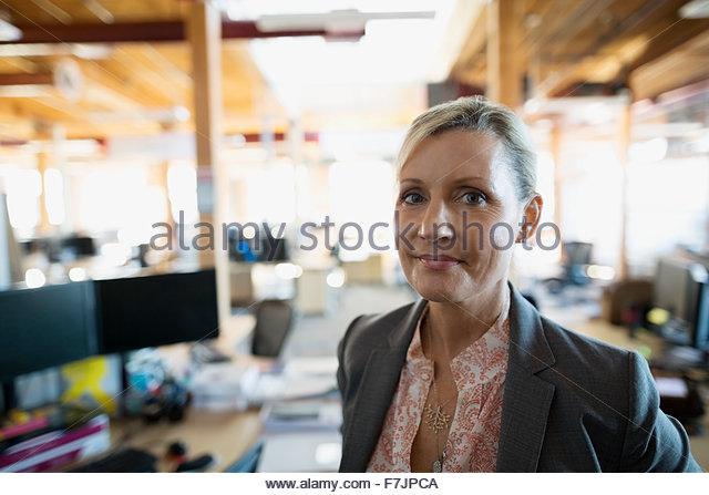 Porträt zuversichtlich Geschäftsfrau im Büro Stockbild