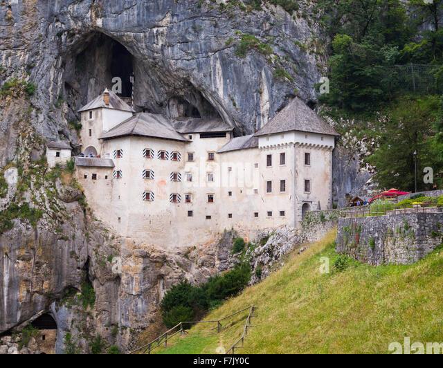 Predjama, Inner Krain, Slowenien.  Burg Predjama, in die Öffnung einer Höhle gebaut. Stockbild