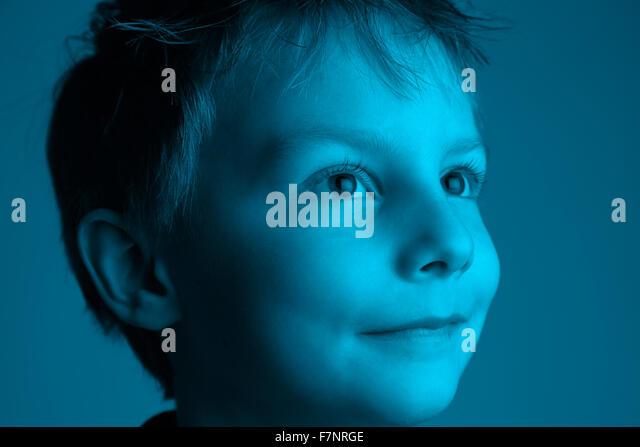 Große Erwartung - große Augen: acht Jahre alter Junge auf der Suche nach dem Licht Stockbild