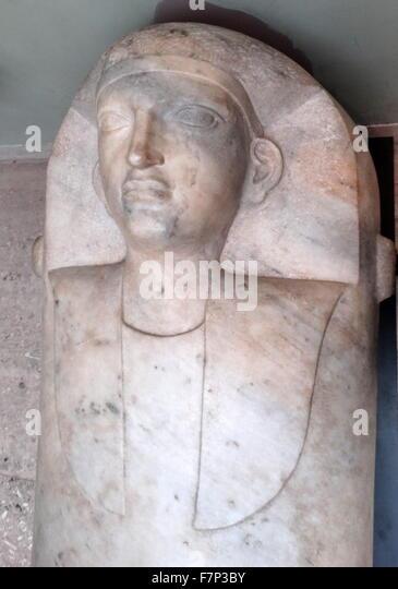 Weiße Marmor Freilandforschung phönizischen Sarg in Greco-ägyptischen Stil. Vom 5. Jahrhundert v. Stockbild