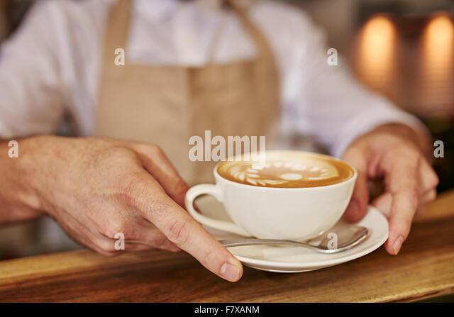 Nahaufnahme Des Menschen Die Kaffee Im Caf Serviert Fokus Auf Mannliche Hande Eine Tasse Holzernen Theke Platzieren Jungen Mann Und