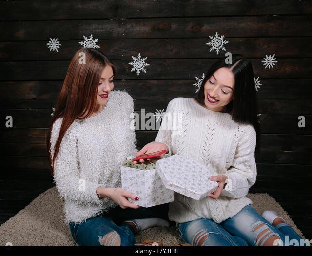 Zwei junge Mädchen halten Urlaub vorhanden Stockbild