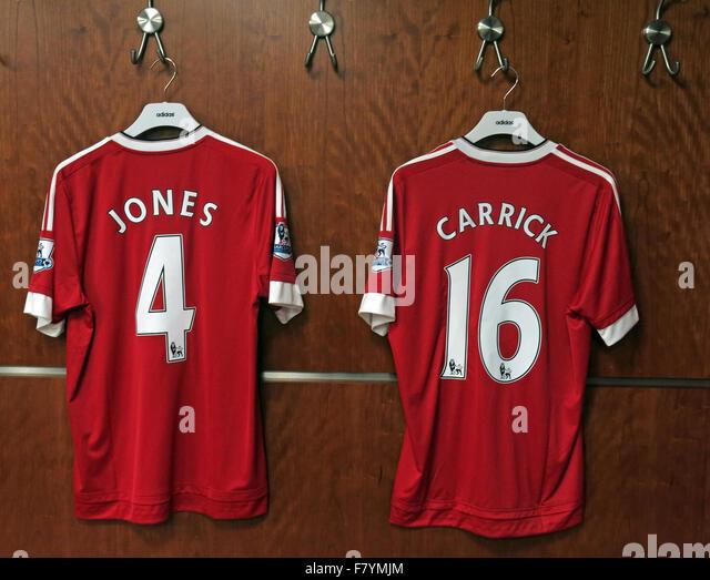 Jones & Carrick 4 & 16 rote MUFC Hemden, dressing Room, Old Trafford, Manchester, England Stockbild