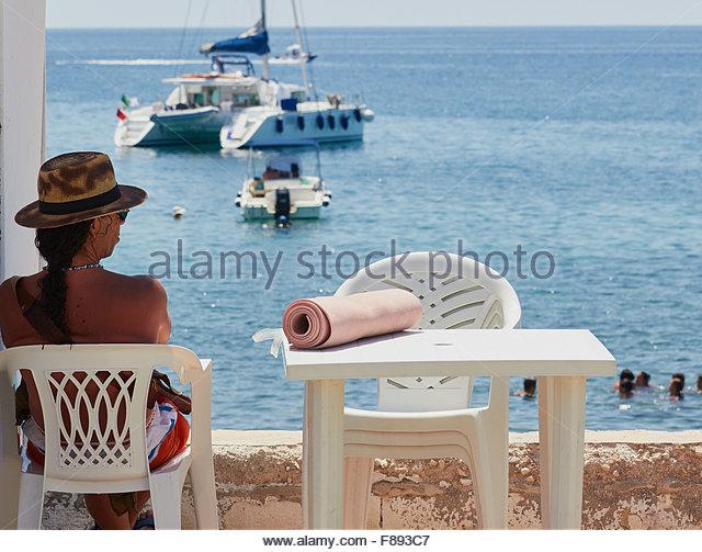 Mann mit Pferdeschwanz sitzen entspannen am Meer Apulien Apulien Italien Europa Stockbild