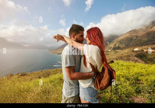 Seitenansicht des romantischen junges Paar im Urlaub. Mann und Frau umarmen einander im Freien. Stockbild