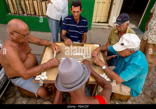 Alten Kubaner spielen an einem Tisch auf der Straße in die Dominosteine Atstadt von Trinidad, Trinidad, Kuba, Stockbild