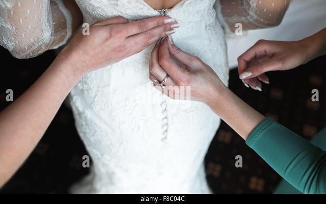 Braut Kleid anziehen Stockbild