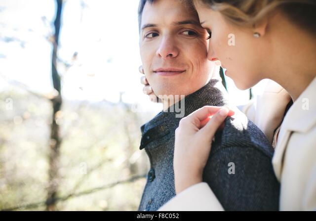Bräutigam die Braut Umarmungen Stockbild