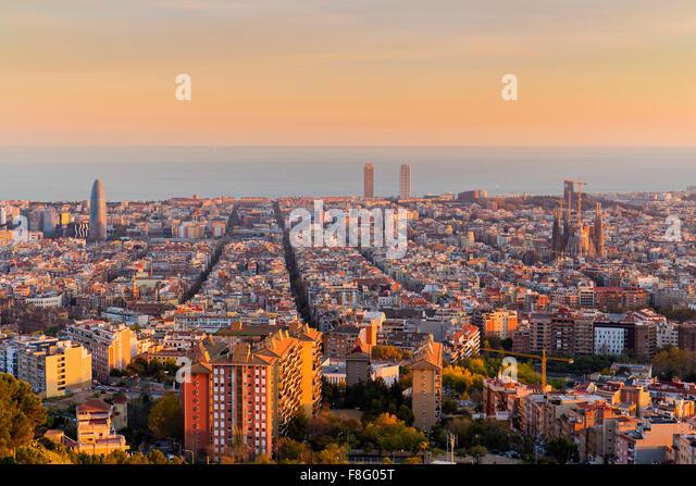 Skyline von Barcelona am Nachmittag um goldene Stunde Stockbild