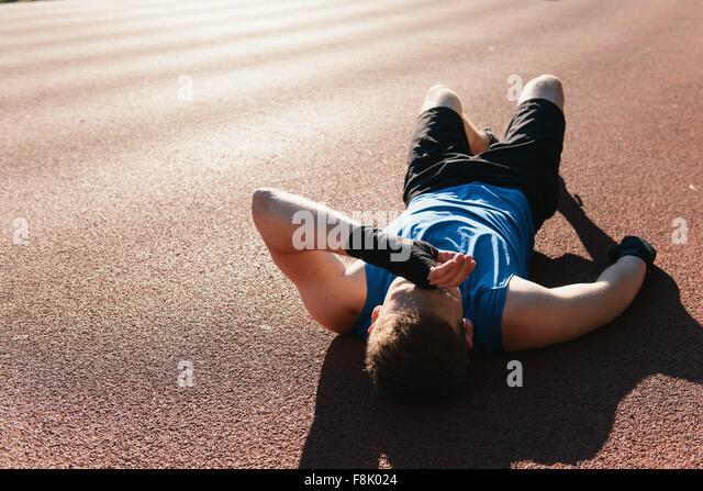 Junger Mann im Freien, eine Pause nach dem Training Stockbild