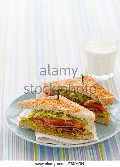 BLT-Sandwiches und Glas Milch für Kinder Stockbild