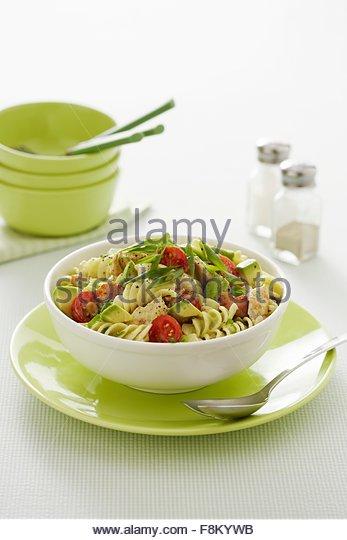 Pasta-Salat mit Avocado und Hühnchen Stockbild
