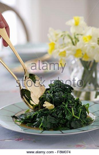 Spinat mit Butter zu Ostern Stockbild