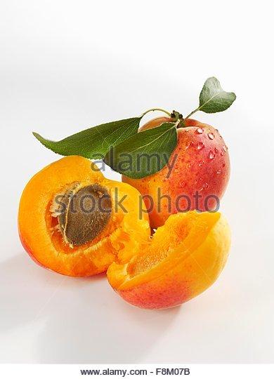 Frisch gewaschenen Aprikosen, ganze und halbierte Stockbild