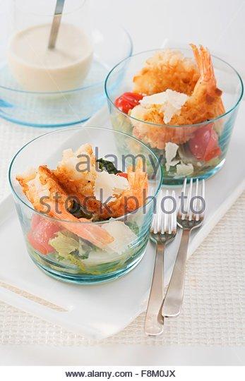 Caesar Salat mit knusprigen Garnelen Stockbild