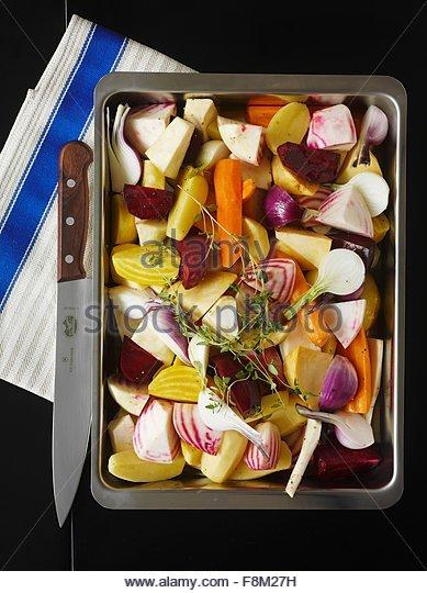 Wurzel-Gemüse auf ein Backblech (roh) Stockbild