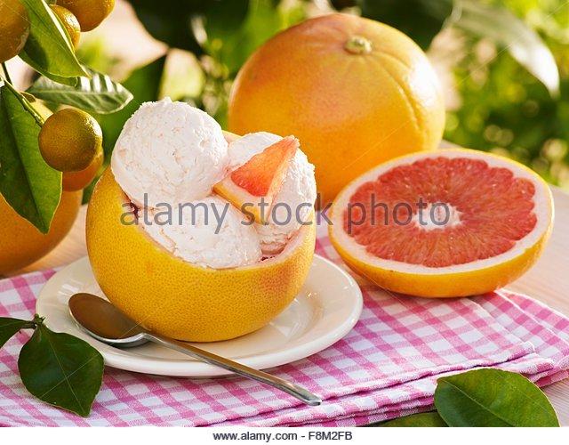 Rosa Grapefruit-Eis in ausgehöhlten Grapefruit Schale Stockbild